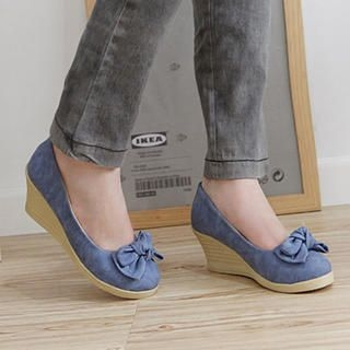 Bow-Accent Wedges
