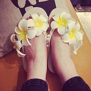 Flower Accent Faux Pearl Flip-Flops 1051479941